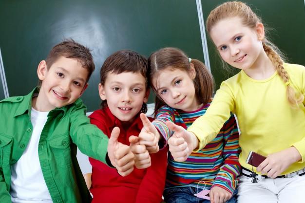 podstawowe-studentow-z-kciuki-w-gorę_1098-3623